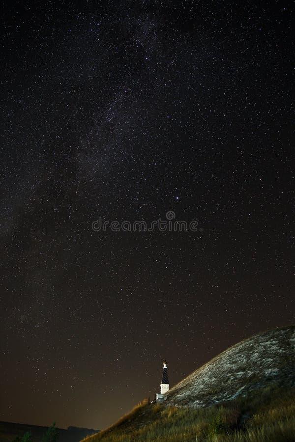 Ortodoksalny monaster na tle gra główna rolę w nocnym niebie zdjęcie stock