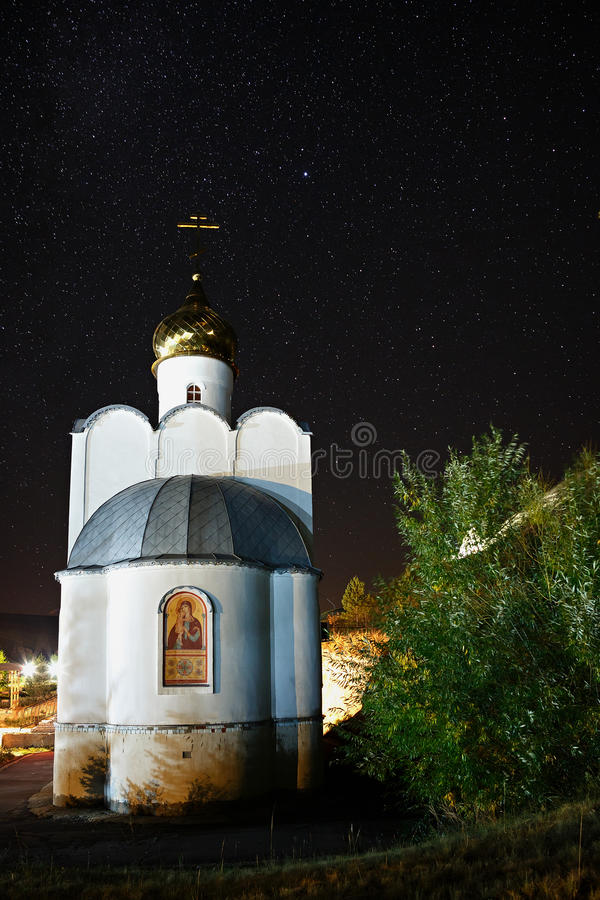 Ortodoksalny monaster na tle gra główna rolę w nocnym niebie obraz royalty free
