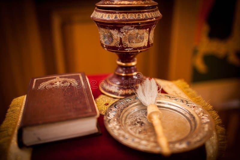 Ortodox bibel, kors och ett test på en torkduk för dop arkivbilder