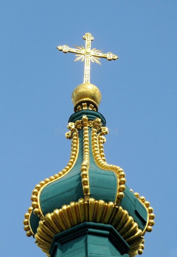 Ortodox kupol för kristen kyrka med det guld- korset arkivbilder