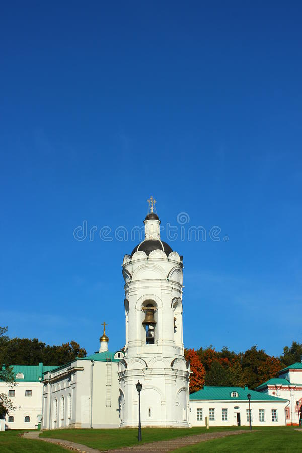 Ortodox kyrka för vit sten fotografering för bildbyråer