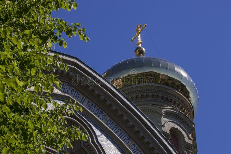 Ortodox kyrka Golden Dome och kors på blå himmel arkivbild