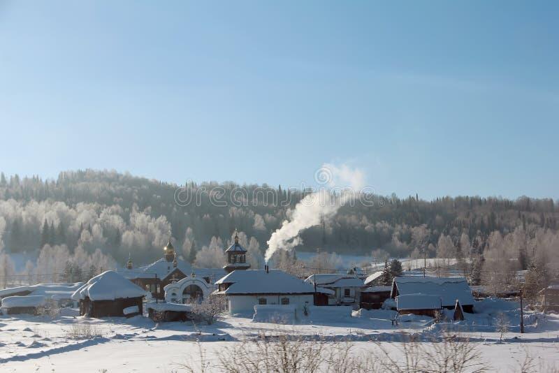 Ortodox kyrka i den ryska byn Vinterlandskap av deras bilfönster fotografering för bildbyråer