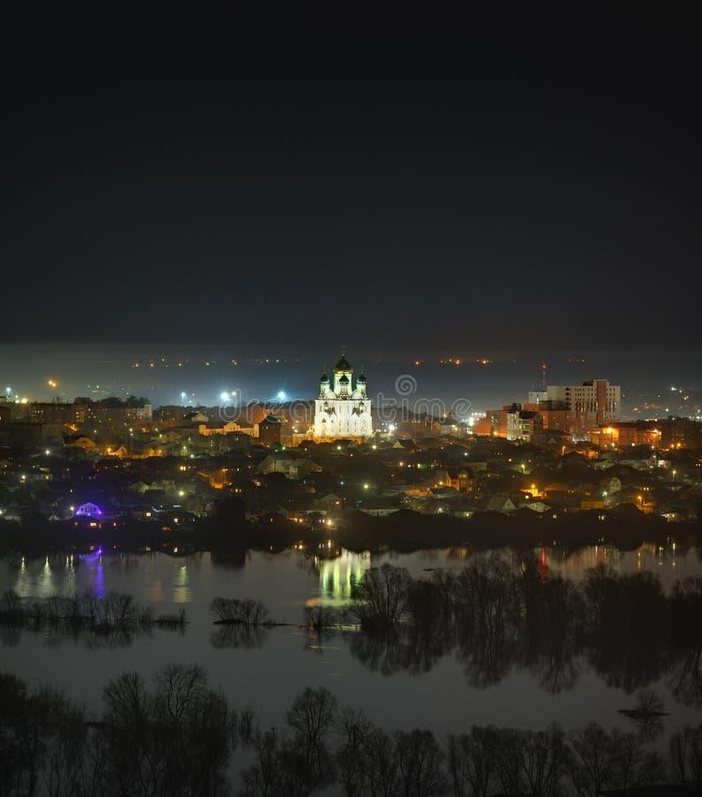 Ortodox kyrka i nattplatsen av staden Befolkat område royaltyfri foto