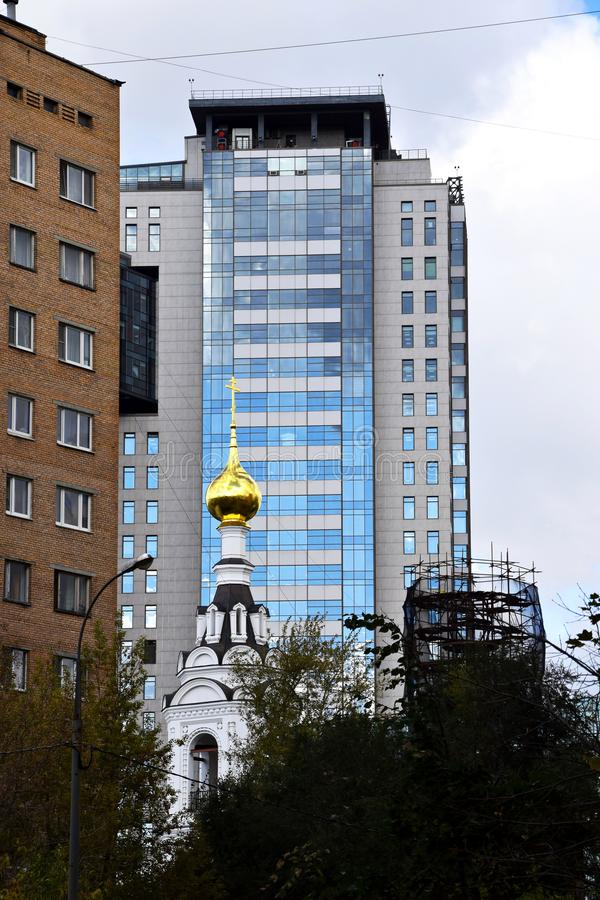 Ortodox kyrka, moderna höghus fotografering för bildbyråer