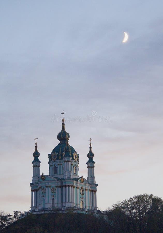 Ortodox kyrka på skymning i aftonen Moonen… i en molnig natt royaltyfri bild
