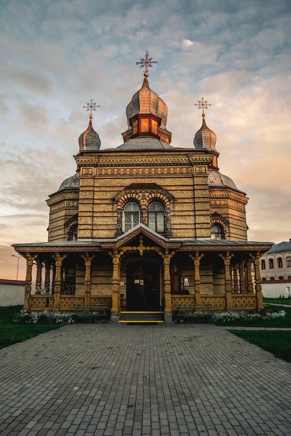 Ortodox kyrka på solnedgången arkivfoton