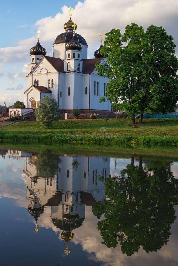 Ortodox kyrklig byggnad med kupoler fotografering för bildbyråer