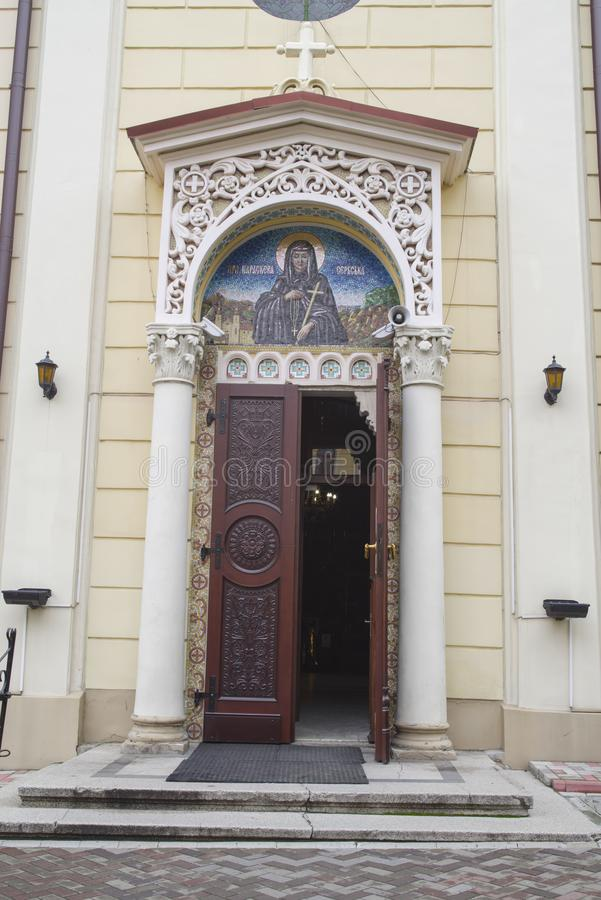 Ortodox kyrklig ingång i Chernivtsi arkivfoton