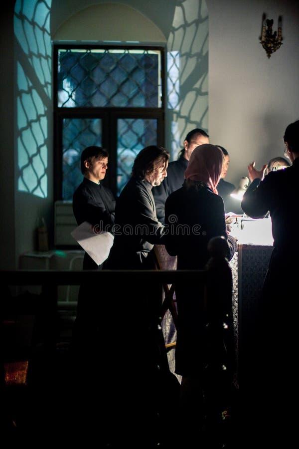 Ortodox liturgy med bishopen Mercury royaltyfri bild