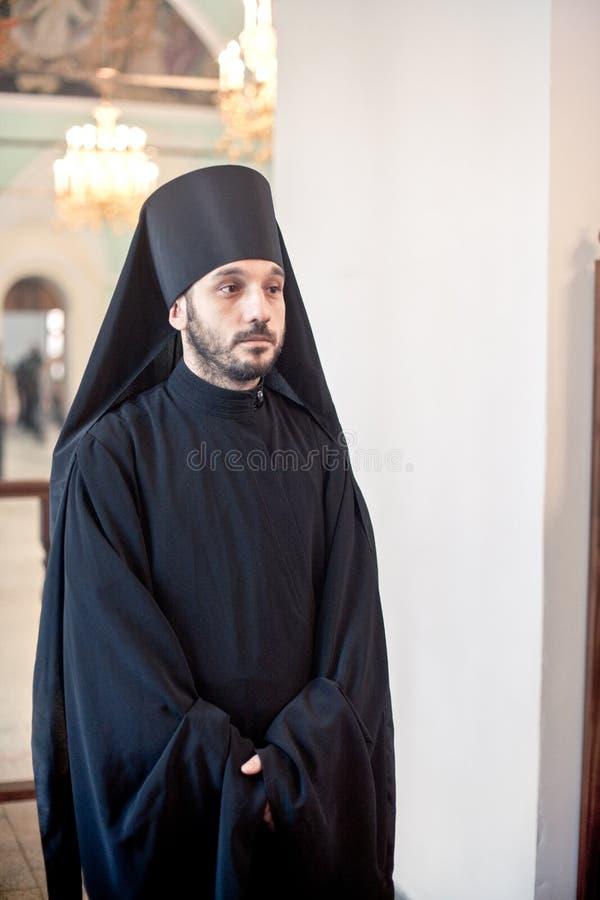 Ortodox liturgy med bishopen Mercury i kickkloster av Sanktt royaltyfria foton