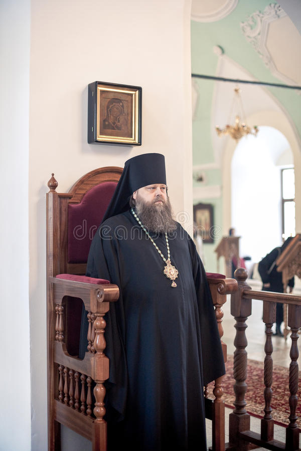 Ortodox liturgy med bishopen Mercury i kickkloster av Sanktt arkivbild