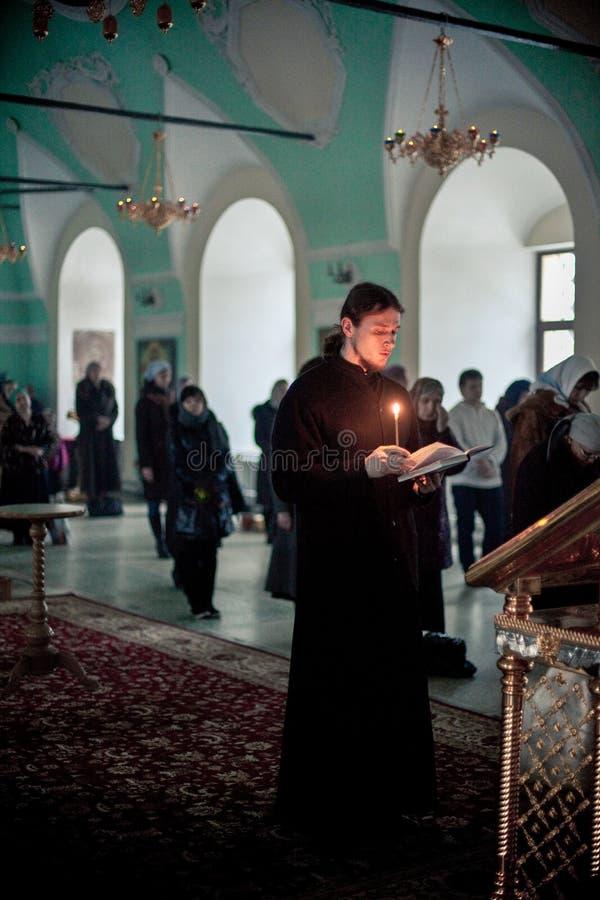 Ortodox liturgy med bishopen Mercury i Moscow royaltyfria bilder