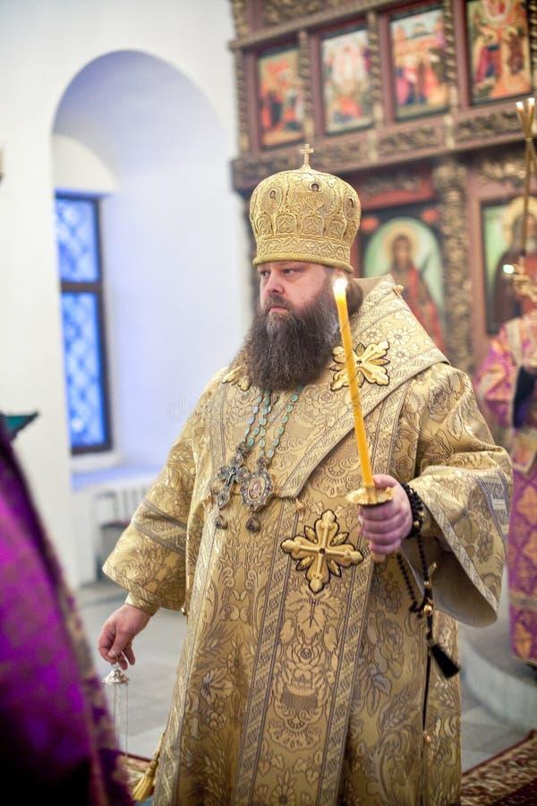 Ortodox liturgy med bishopen Mercury i Moscow arkivfoton