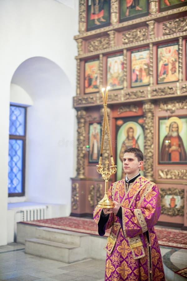 Ortodox liturgy med bishopen Mercury i Moscow royaltyfria foton