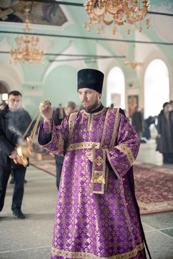 Ortodox liturgy med bishopen Mercury i Moscow fotografering för bildbyråer
