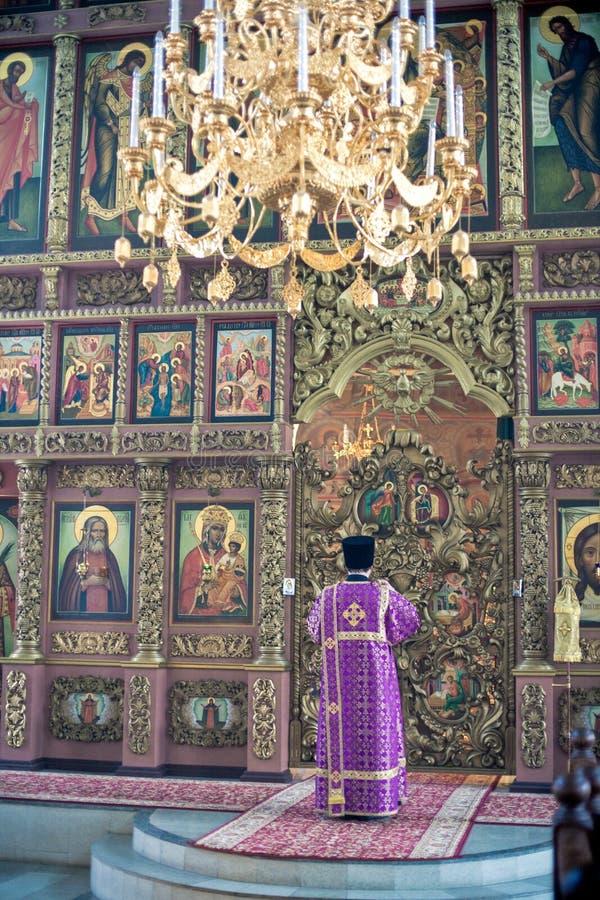 Ortodox liturgy med bishopen Mercury i Moscow arkivbilder