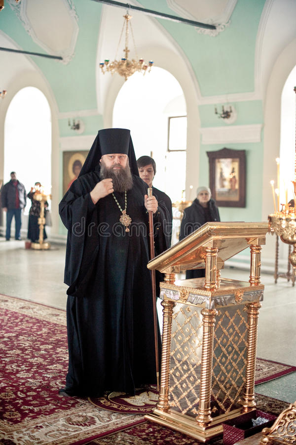 Ortodox liturgy med bishopen Mercury i Moscow royaltyfri foto