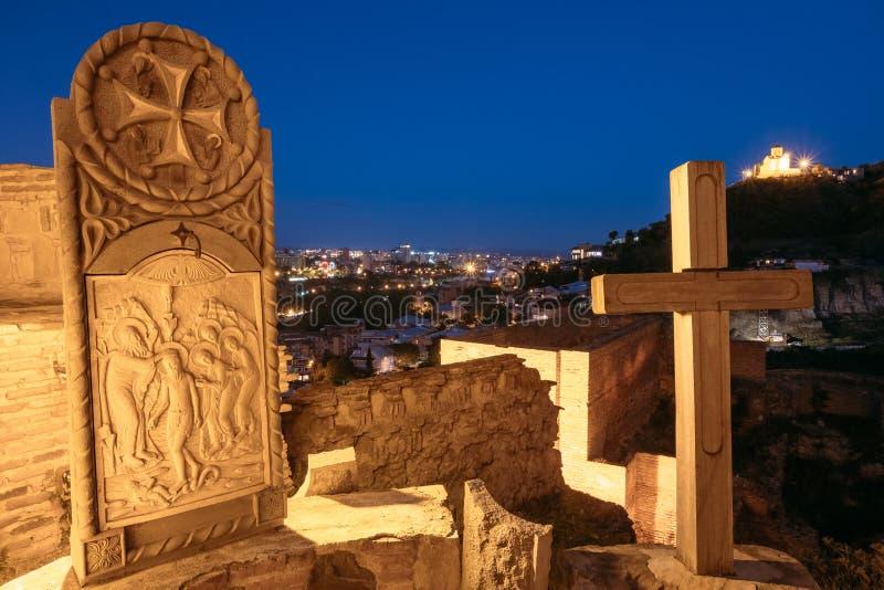 Ortodox symbol, träkors på område av den Narikala fästningen afton royaltyfri fotografi