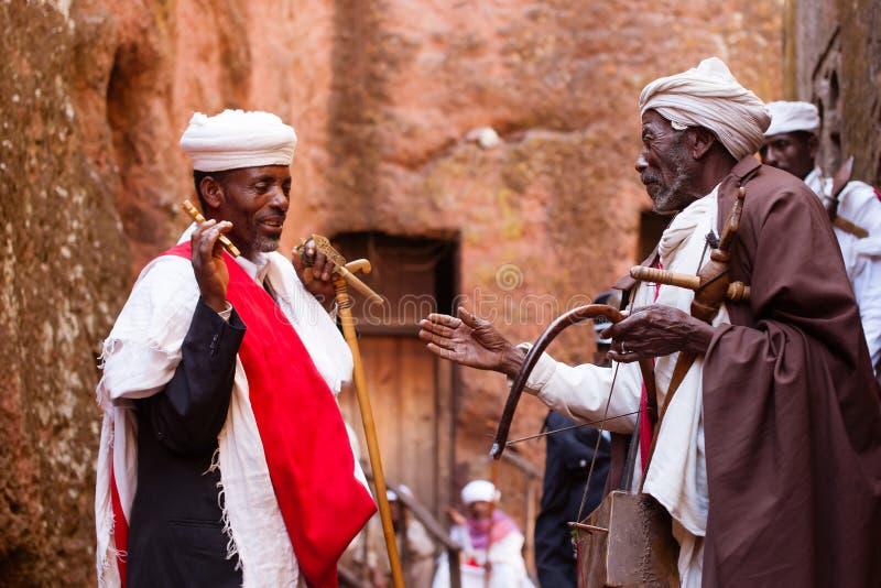 Ortodoxa präster som hälsar sig under den Timkat festivalen på L royaltyfri fotografi