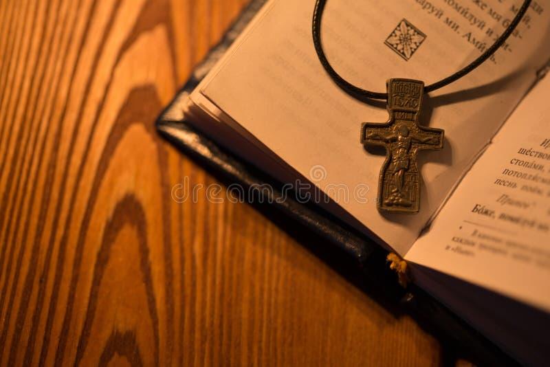 Ortodoxkorset ligger på tabellen royaltyfria foton