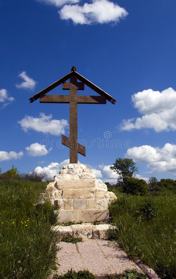 Ortodoxo cruce encima el prado imagen de archivo libre de regalías
