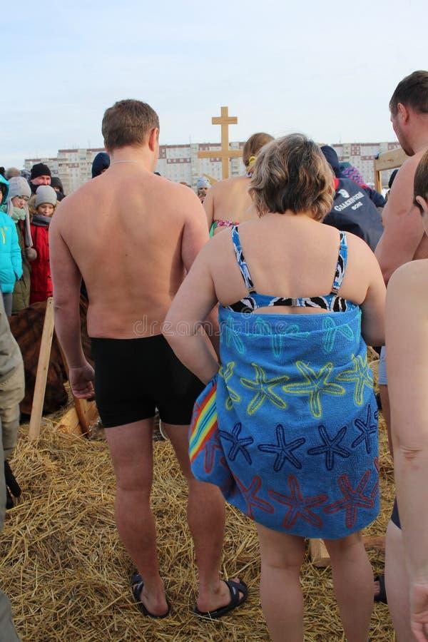 Ortodoxt feriedop i Ryssland en folkmassa av den nakna folkdykningen in i det iskalla vattnet i vintern Novosibirsk Januari 19, 2 arkivfoton
