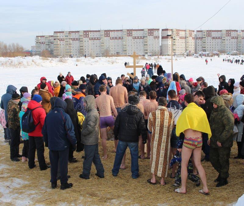 Ortodoxt feriedop i Ryssland en folkmassa av den nakna folkdykningen in i det iskalla vattnet i vintern Novosibirsk Januari 19, 2 arkivfoto