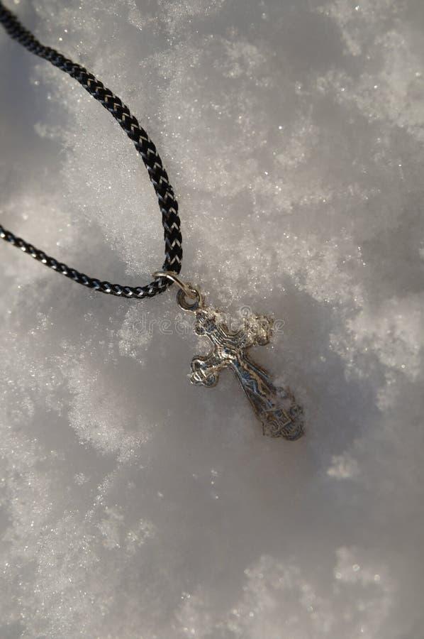 Ortodoxt kors i snön royaltyfri foto