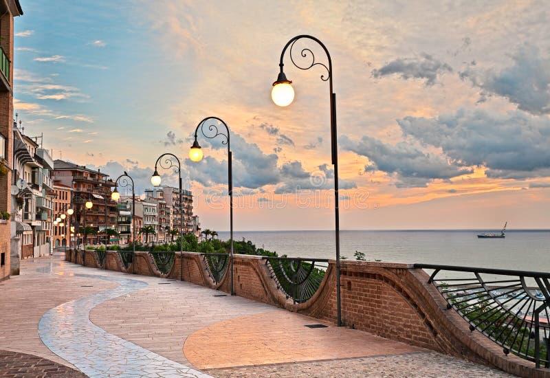 Ortona, Abruzzo, Ιταλία: προκυμαία στην αυγή, όμορφο πεζούλι στο τ στοκ φωτογραφίες