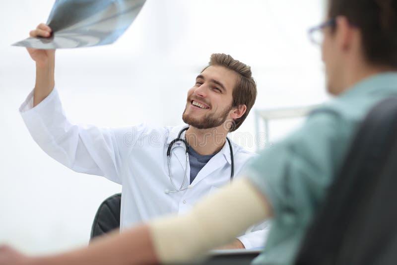 Ortopeda egzamininuje radiograph pacjent obraz royalty free