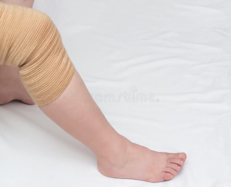Ortopedyczny kneecap uśmierzać ładunek i załatwiać bolesnego kolano, w górę, kopii przestrzeń, medyczna, bandaż zdjęcie stock