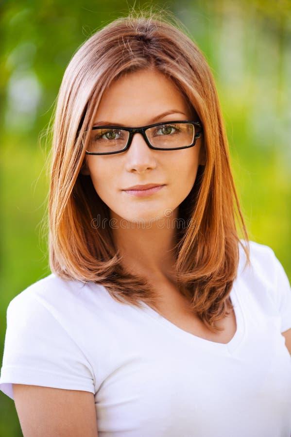 ortrait佩带的妇女年轻人 免版税库存照片
