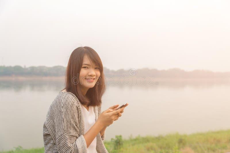 Ortrait生气哀伤的怀疑愉快的严肃的妇女谈的发短信在电话生气了以交谈公园户外bac 库存图片