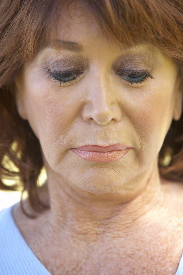 Ortrait d'une femme aînée semblant malheureuse images libres de droits