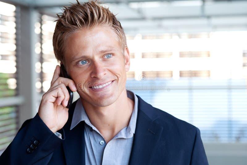 Download Ortrait Do Homem De Negócio Considerável Que Usa O Telefone De Pilha Foto de Stock - Imagem de considerável, trabalho: 26522330
