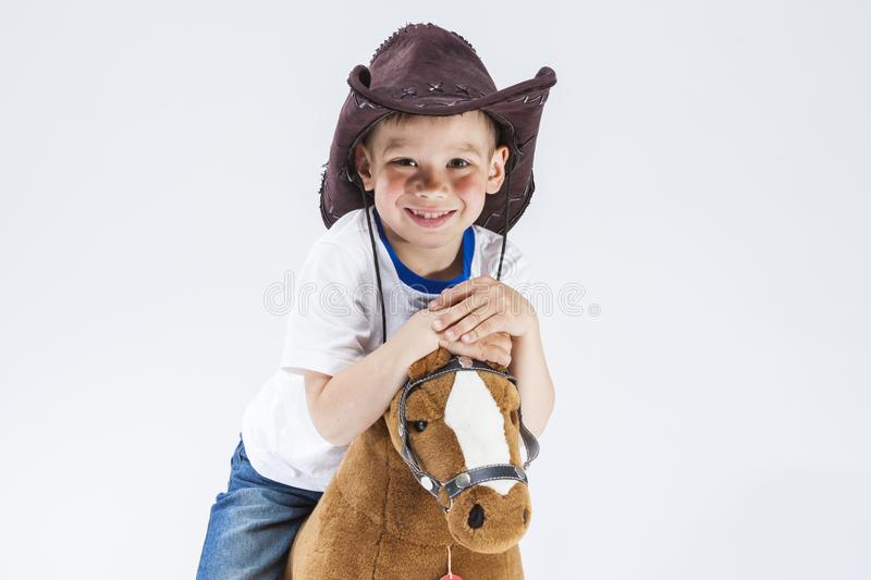 Ortrait du sourire heureux et de la Glad Caucasian Little Boy dans le cowboy Clothing photo stock