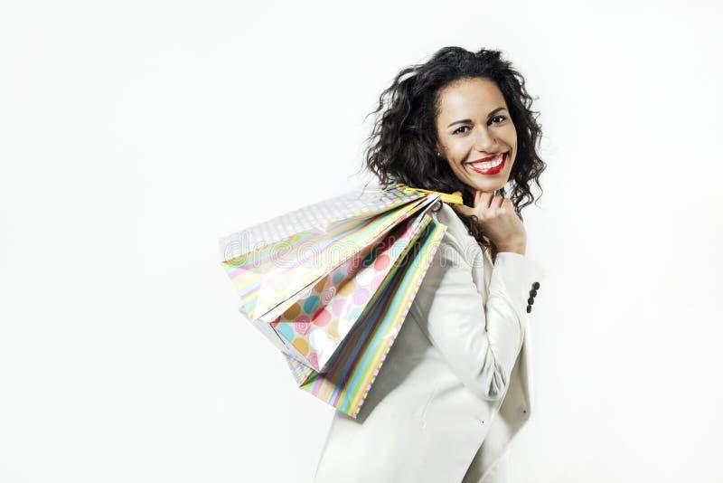 Ortrait van zwarte gelukkig met perfecte het winkelen document zakken, het glimlachen gezicht royalty-vrije stock fotografie