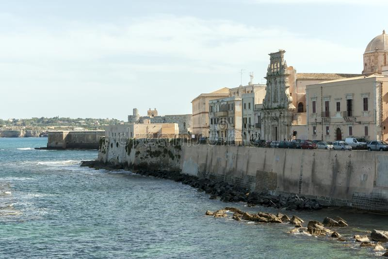 Ortygia海岛` s海岸Lungomare在西勒鸠斯 免版税库存图片