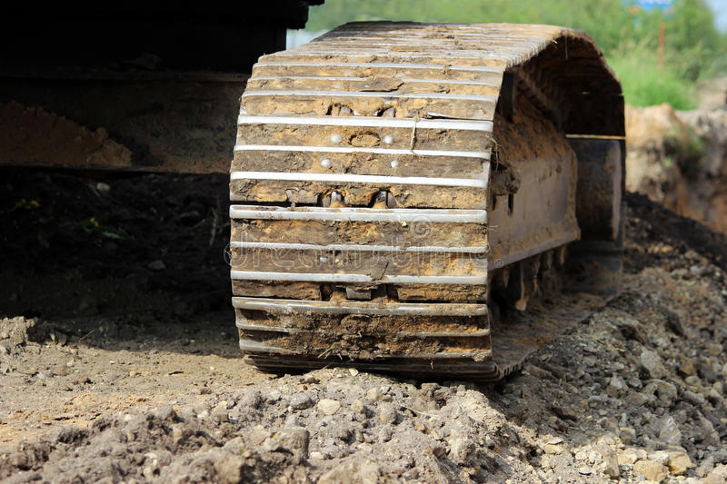 oruga del excavador de la correa eslabonada del equipo de construcción pesado en el sitio para la extensión el camino foto de archivo