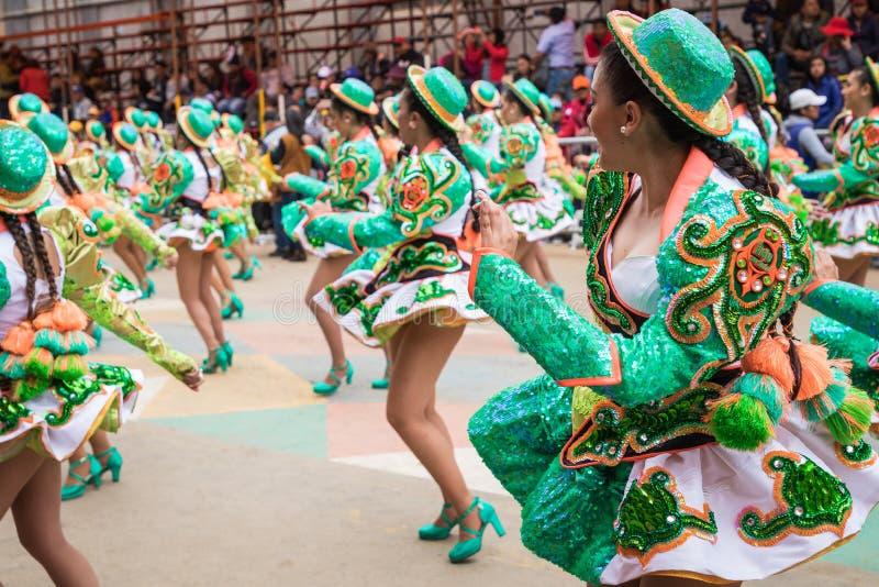 ORURO BOLIVIA - FEBRUARI 10, 2018: Dansare på den Oruro karnevalet in arkivfoto