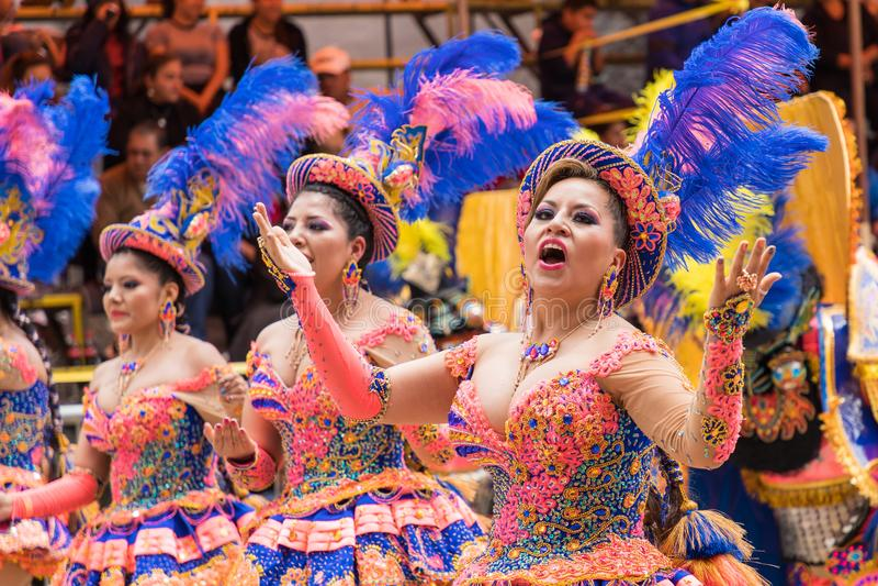 ORURO BOLIVIA - FEBRUARI 10, 2018: Dansare på den Oruro karnevalet in royaltyfri fotografi