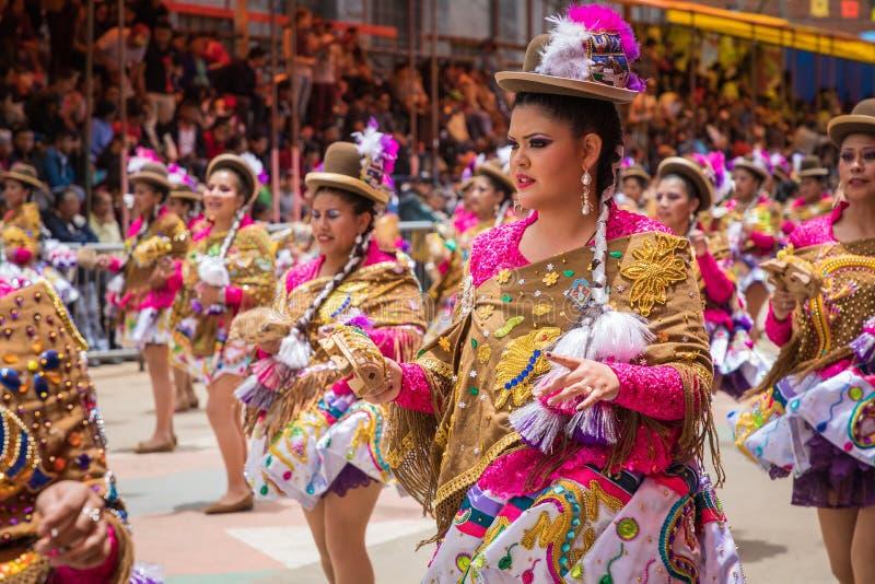ORURO BOLIVIA - FEBRUARI 10, 2018: Dansare på den Oruro karnevalet in fotografering för bildbyråer