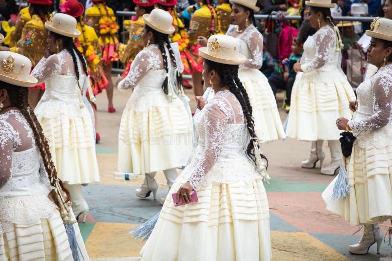 ORURO BOLIVIA - FEBRUARI 10, 2018: Dansare på den Oruro karnevalet in arkivbild