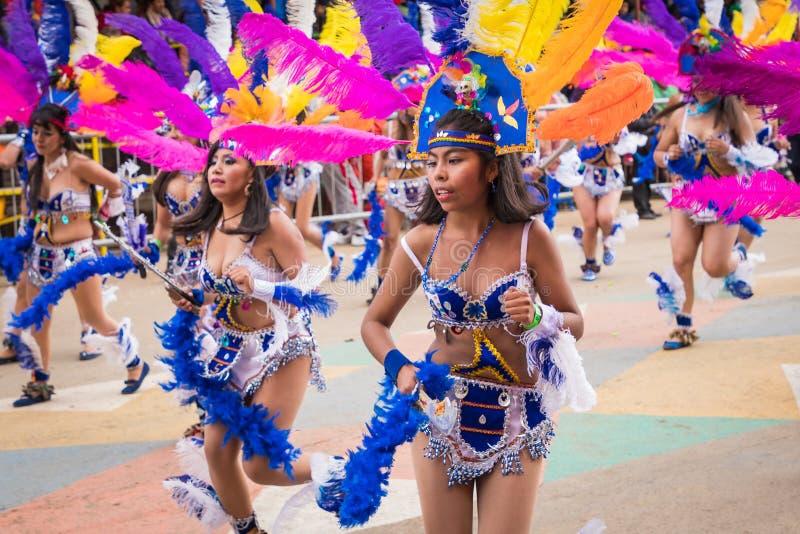 ORURO BOLIVIA - FEBRUARI 10, 2018: Dansare på den Oruro karnevalet in royaltyfria foton