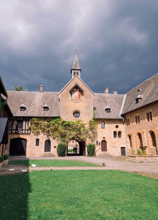 ORVAL BELGIEN -, MAY 2018: Ingång av den berömda Orval abbotskloster i belgare royaltyfri foto