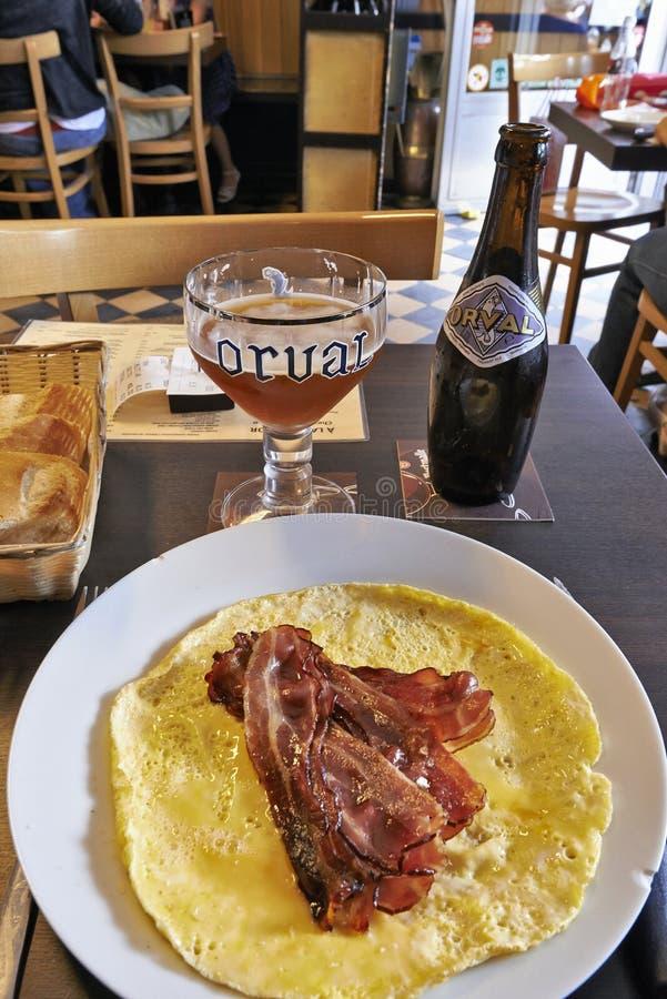 Orval-Trappist-belgische Aleflasche und -glas auf einer Tabelle mit baco lizenzfreie stockbilder
