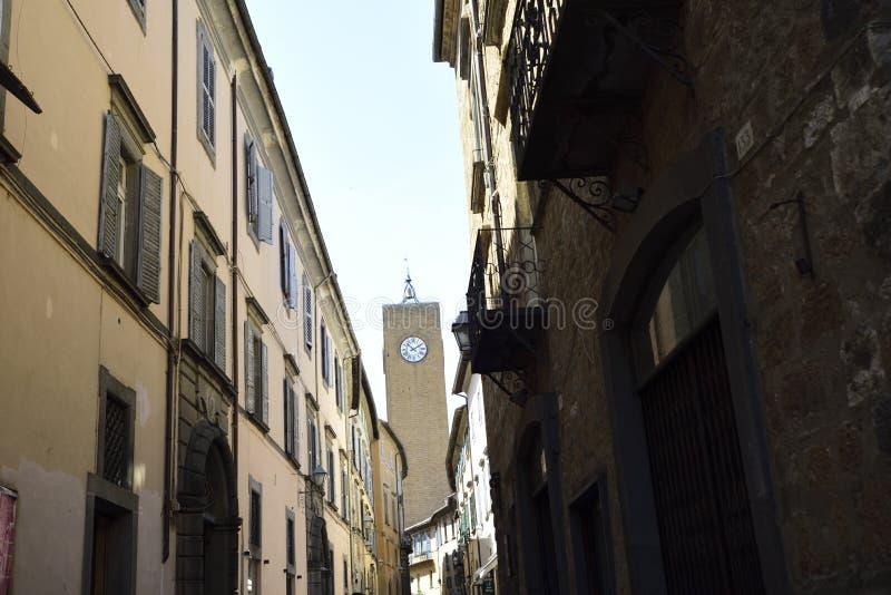 Orvieto,翁布里亚,意大利 在街道结束时塔与 库存图片