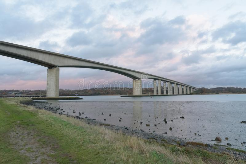 Orwell most w Suffolk z ścieżką i niebem zdjęcie stock