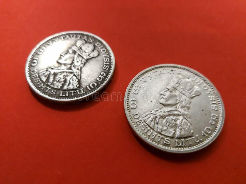 Oryginał i replika litewskiej monety 10 litów fotografia stock